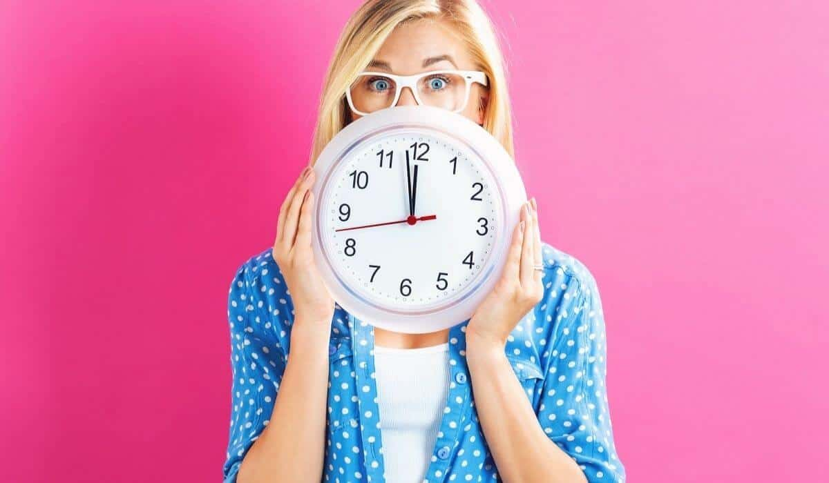 5 minute daily declutter habit woman with clock